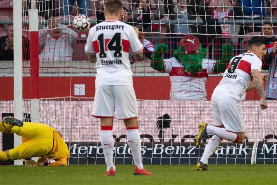 Steven Zuber (r.) trifft per Elfmeter zum 1:1-Ausgleich (16.) für den VfB gegen RB Leipzig.
