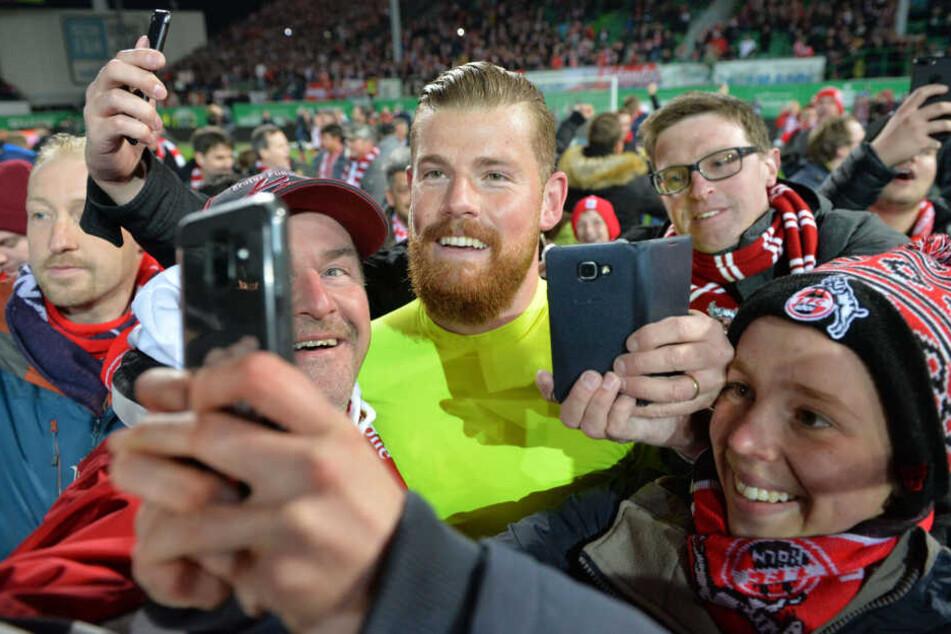 Timo Horn freut sich mit Fans nach dem Kölner Aufstieg in Fürth.