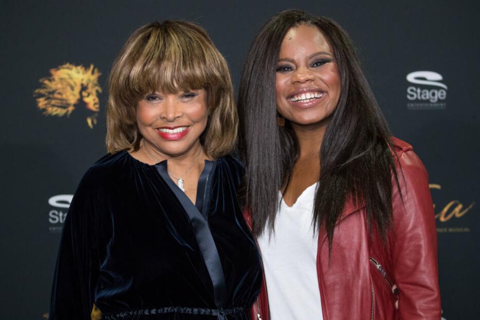 Die Sängerin Tina Turner (links) und Tina Musical-Hauptdarstellerin Kristina Love lachen bei einem Fototermin in Hamburg gemeinsam in die Kamera.