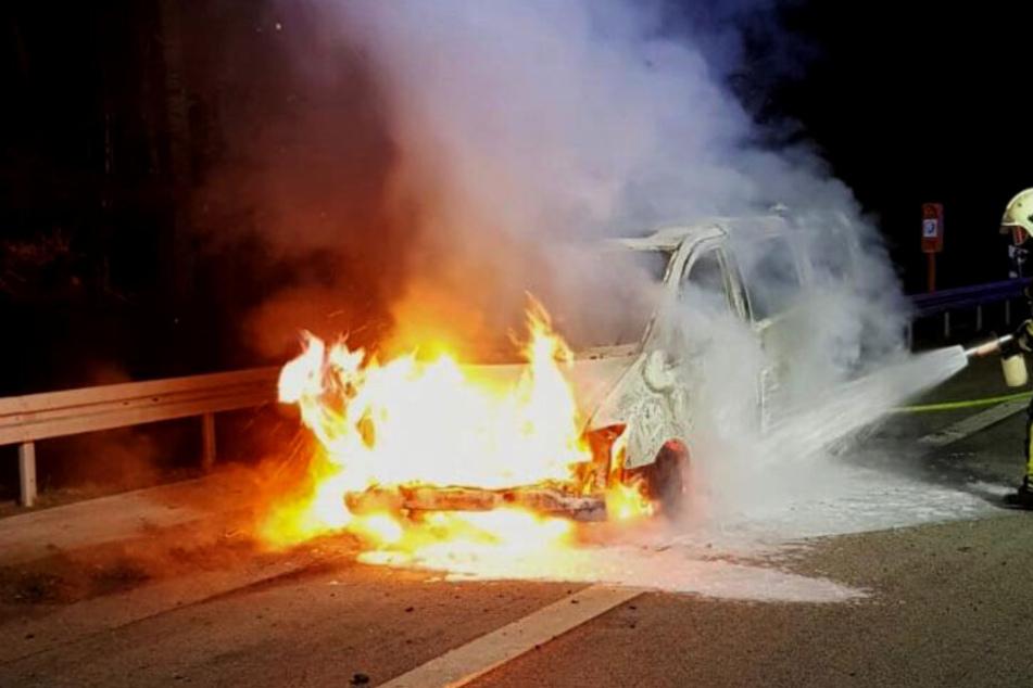 Transporter brennt mitten auf der Autobahn aus!