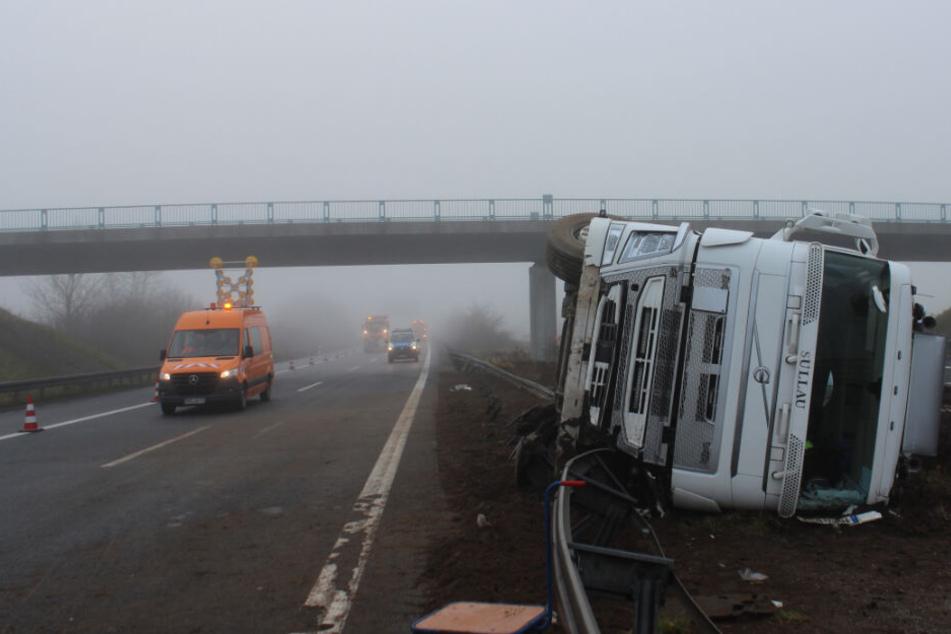 Der Lastwagen durchbrach die Mittelleitplanke und blieb auf der Seite liegen.