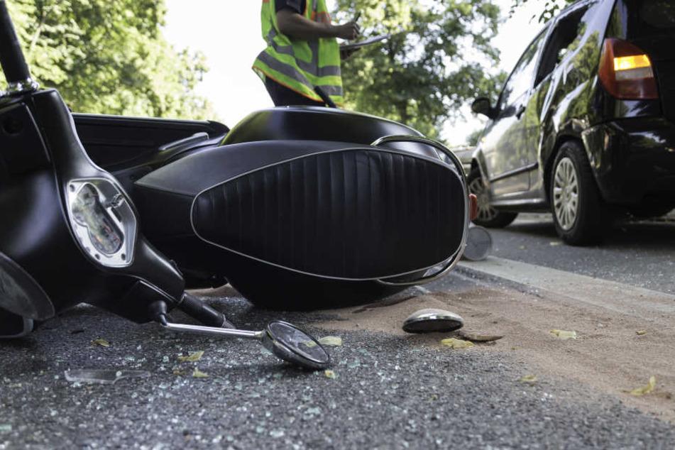 Bei einem schweren Unfall in Berlin-Reinickendorf ist ein 17-jähriger Mofafahrer schwer verletzt worden (Symbolbild).