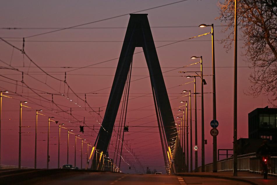 Die Kölner Severinsbrücke verbindet den linksrheinischen Teil Kölns mit dem rechtsrheinischen.