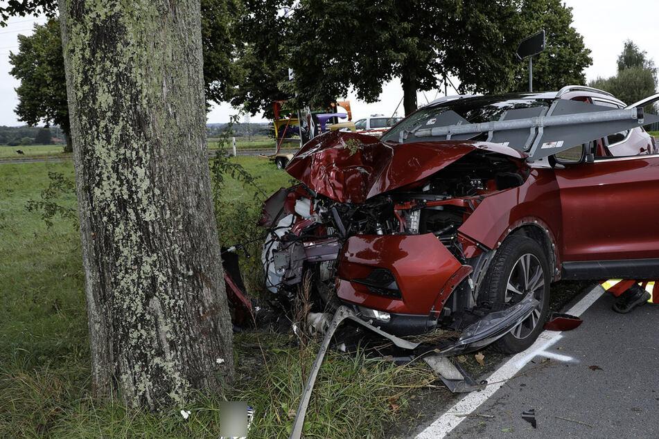 Der Nissan fällte zunächst ein Verkehrsschild und krachte dann frontal gegen einen Baum.