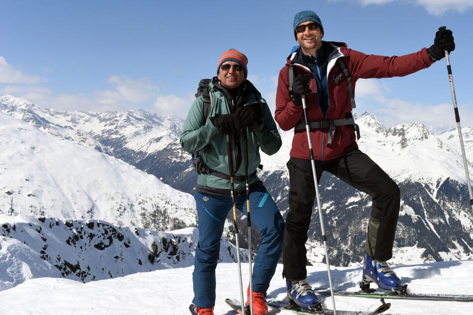Dr. Martin Gruber (Hans Sigl, l.) und Hans Gruber (Heiko Ruprecht) bei den Dreharbeiten zum Winterspecial.