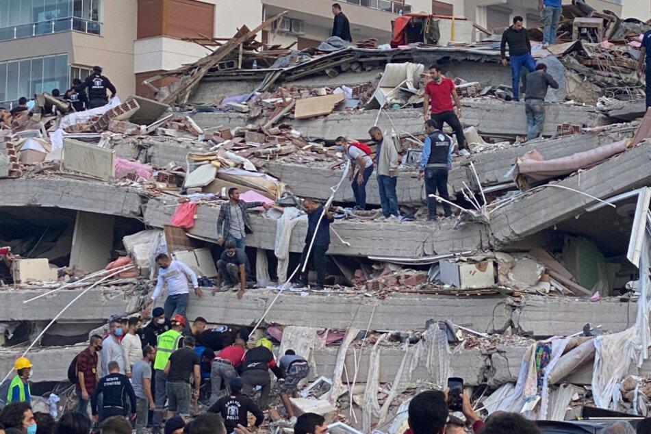 Mehrere Gebäude sind eingestürzt. Menschen wurden verschüttet.