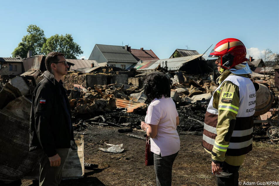 Polens Ministerpräsident Mateusz Morawiecki (53, l.) sicherte den Betroffenen am Sonntag schnelle Hilfe zu.