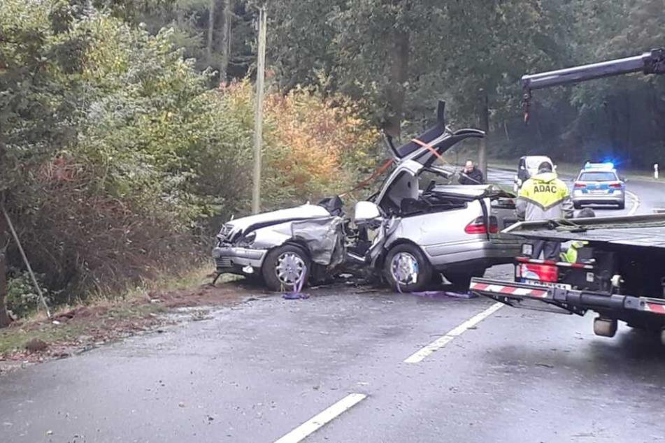 Der 18-Jährige krachte mit seinem Mercedes gegen einen Baum.