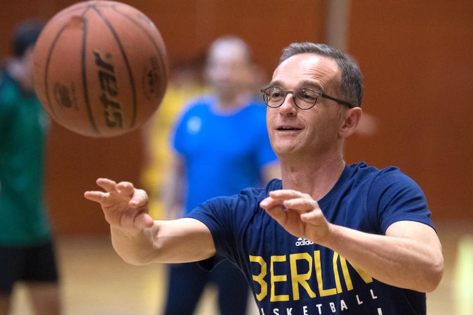 """Heiko """"Air"""" Maas beim Basketball-Spielchen mit Jugendlichen und Profis von ALBA Berlin in der deutschen Botschaftsschule in Peking."""