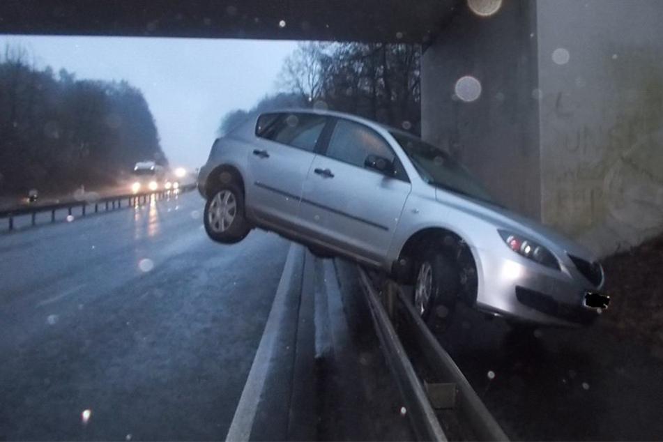 Der Mazda kam auf der Leitplanke zum Stehen. Der Wagen war nicht mehr fahrtüchtig.