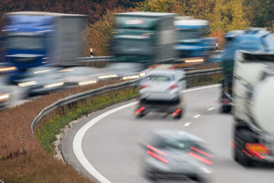 Heftiger Crash auf A3: Auto rast in Sattelzug und wird mitgeschleift
