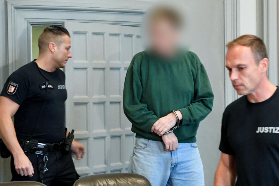 Zum Auftakt des Mordprozesses kommt der 48 Jahre alte Angeklagte in Handschellen in den Schwurgerichtssaal.