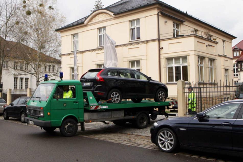 Bei der Razzia im November 2013 transportierte die Staatsanwaltschaft auch beschlagnahmte Fahrzeuge ab.