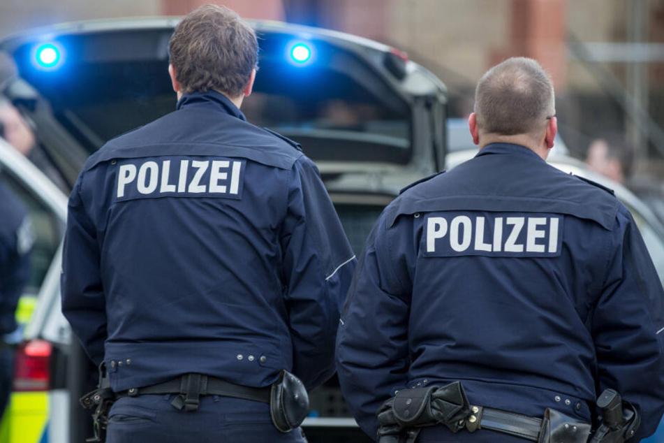 Für zwei Polizisten endete der Einsatz - unfreiwillig - hinter Schloss und Riegel. (Symbolbild)