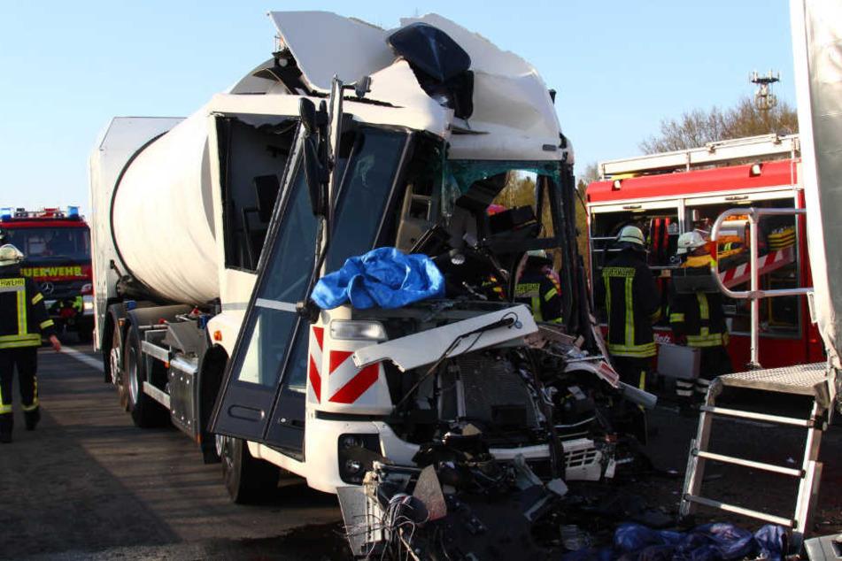 Tödlicher Unfall: Müllwagen rast in Stauende