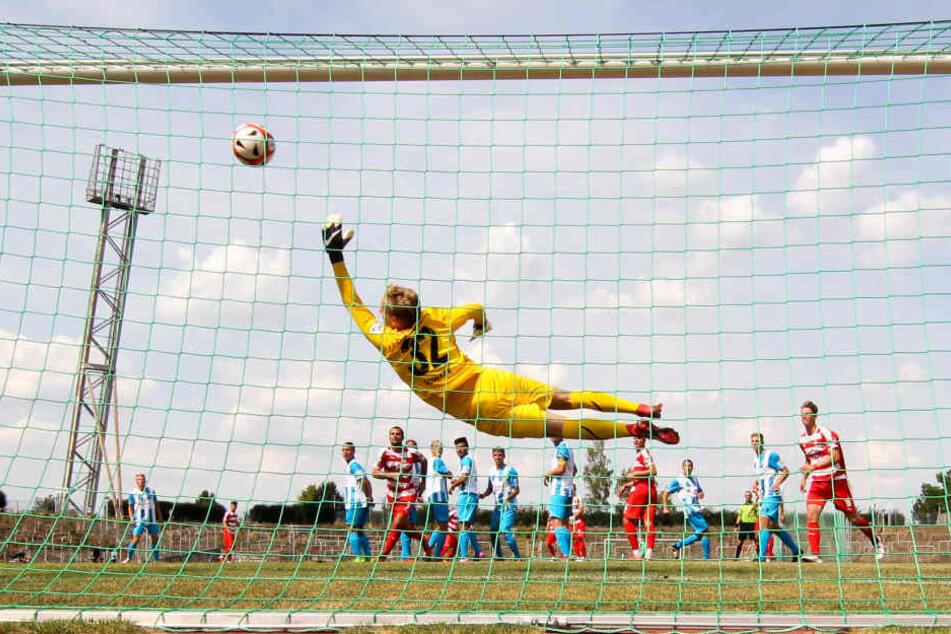 FSV-Manolo Rodas (nicht im Bild) trifft per Freistoß aus üppiger Entfernung zum 0:1 gegen Torwart Florian Sowade.