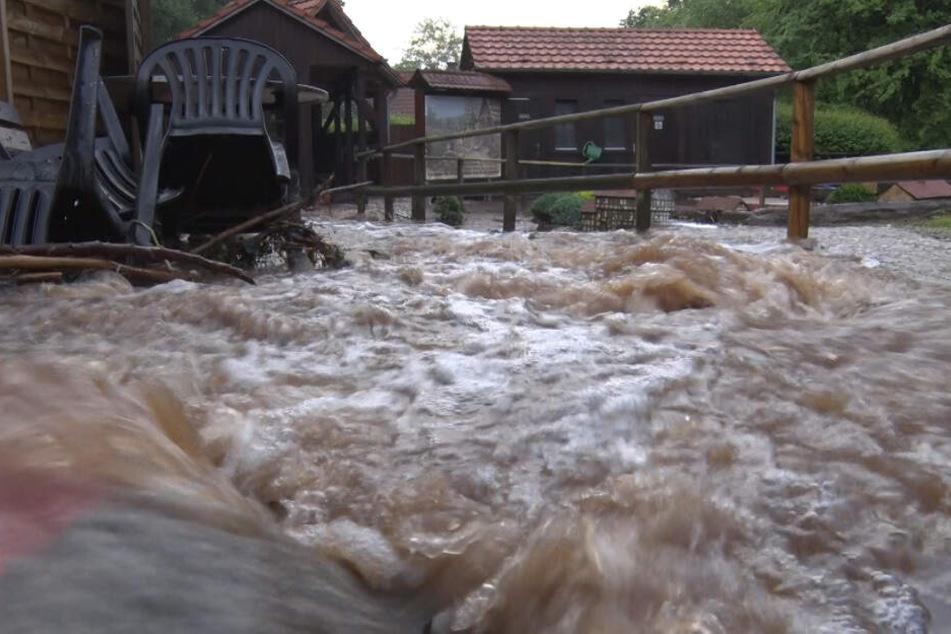 Der Miniaturmühlenplatz in Gieselwerder wird von Schlammwasser überspült.