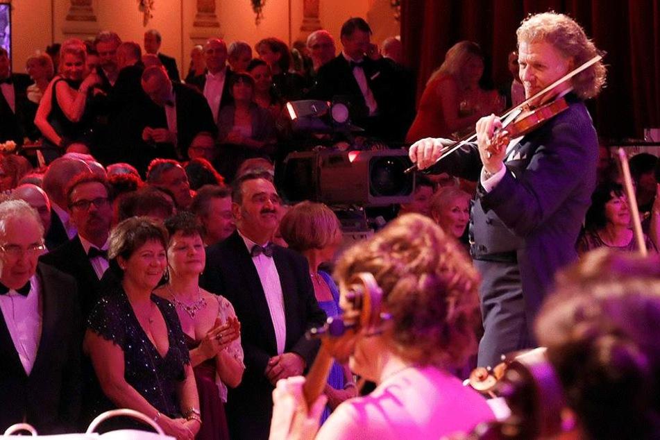 Bis an die Bühne drängelten sich die Opernball-Gäste gleich beim ersten  Walzertakt.