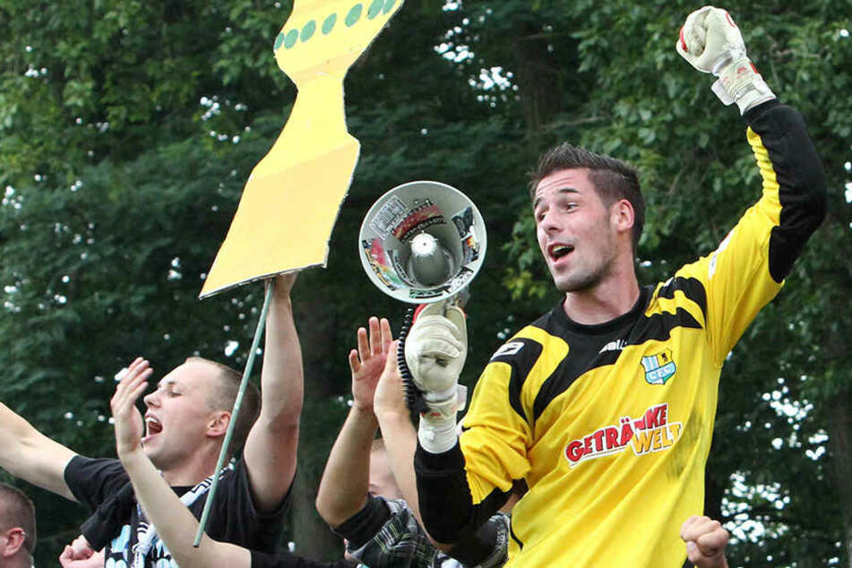 Philipp Pentke auf dem Zaun: Der Torhüter war der Liebling der CFC-Fans. Hier  feiert er den 1:0-Sieg im DFB-Pokal gegen den FC St. Pauli im August 2010.