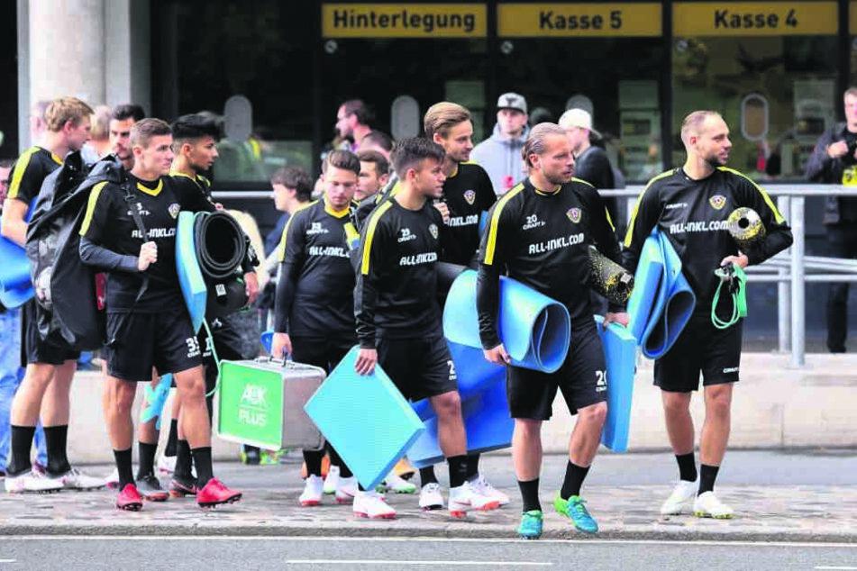 Mit Isomatten ausgestattet trabten die Schwarz-Gelben geschlossen zum Trainingsplatz, wo die Fans bereits Spalier standen.