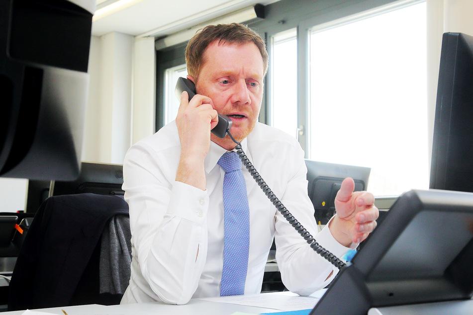 Michael Kretschmer (44, CDU) an der Corona-Hotline.