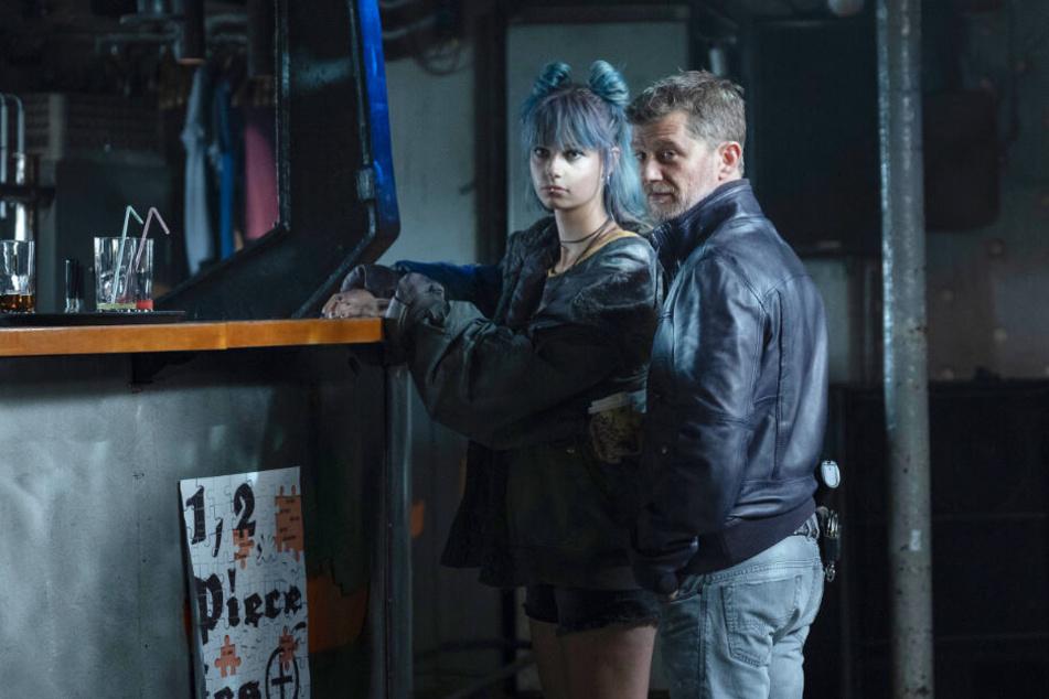 Anton Pöschel (Andreas Guenther) hat Mitleid mit Josie (Hanna Binke).