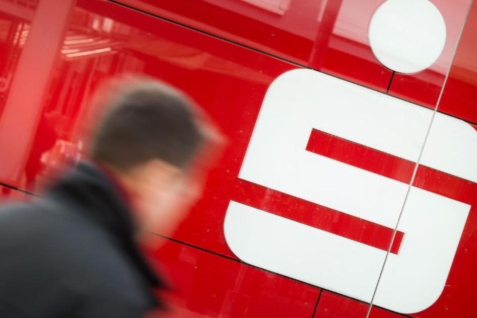 Sparkasse kündigt Sparverträge: Nun wehren sich die ersten Kunden!