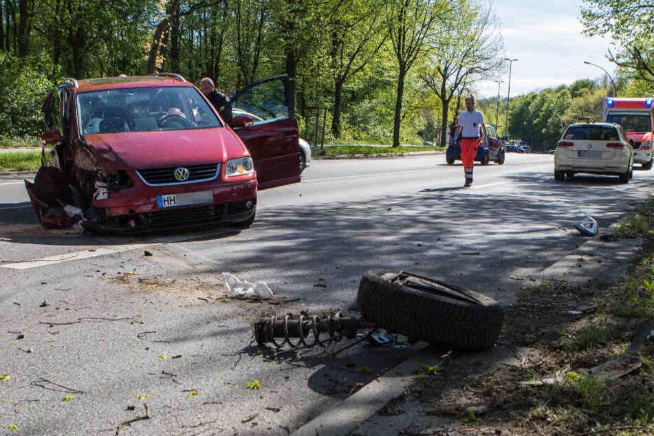Kontrolle verloren: Auto kracht in Taxi und gegen Baum