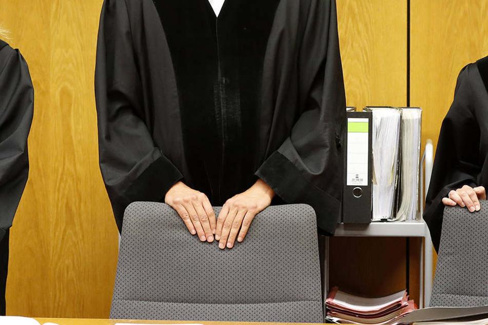 Der Richter erlitt Augenreizungen durch die Attacke.