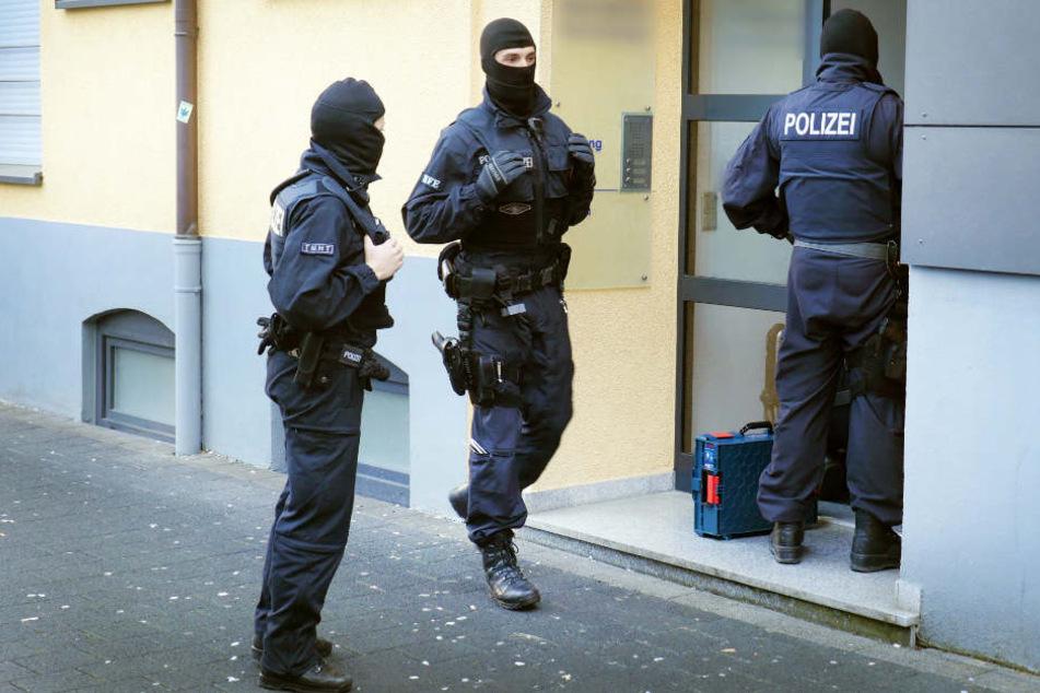 Rund 100 Polizisten durchsuchten am Dienstag elf Objekte in Cuxhaven (Symbolbild).