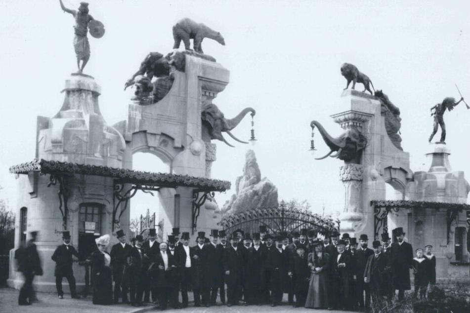 Die Schwarz-Weiß-Aufnahme aus dem Jahr 1907 zeigt das ursprüngliche Eingangstor des Tierparks Hagenbeck.