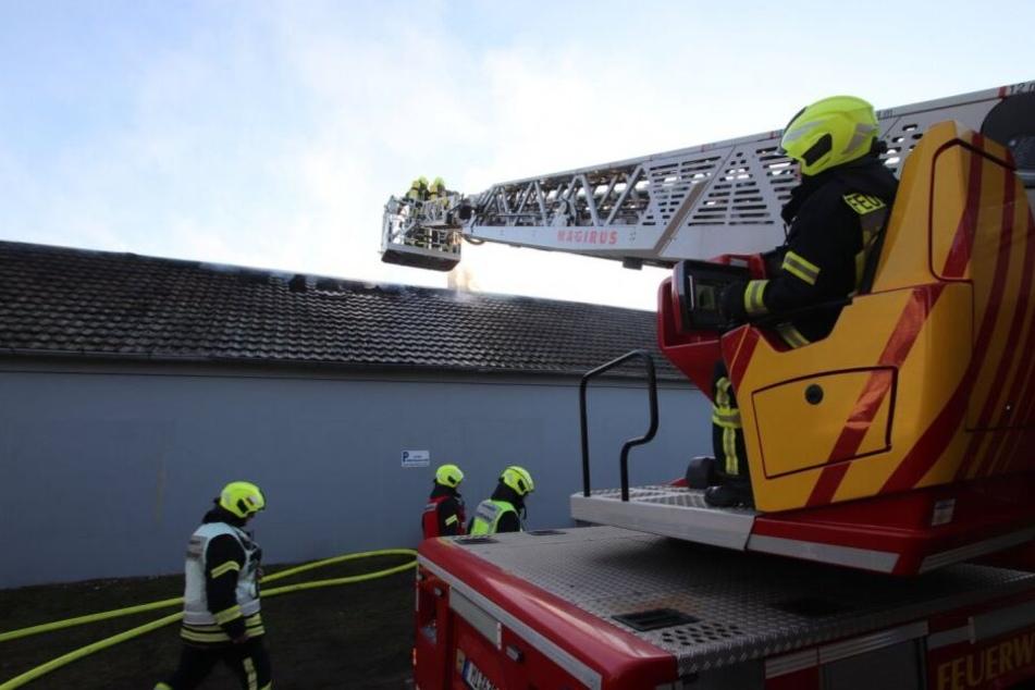 Die Flammen zerstörten das Dach der Lagerhalle.