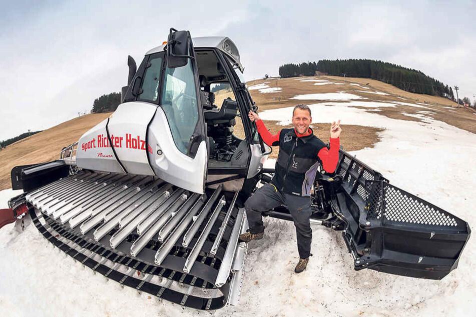 Winter ade: Alexander Richter (45), Chef vom Holzhauer Skigebiet, fährt den  letzten Pistenbulli ins Tal.