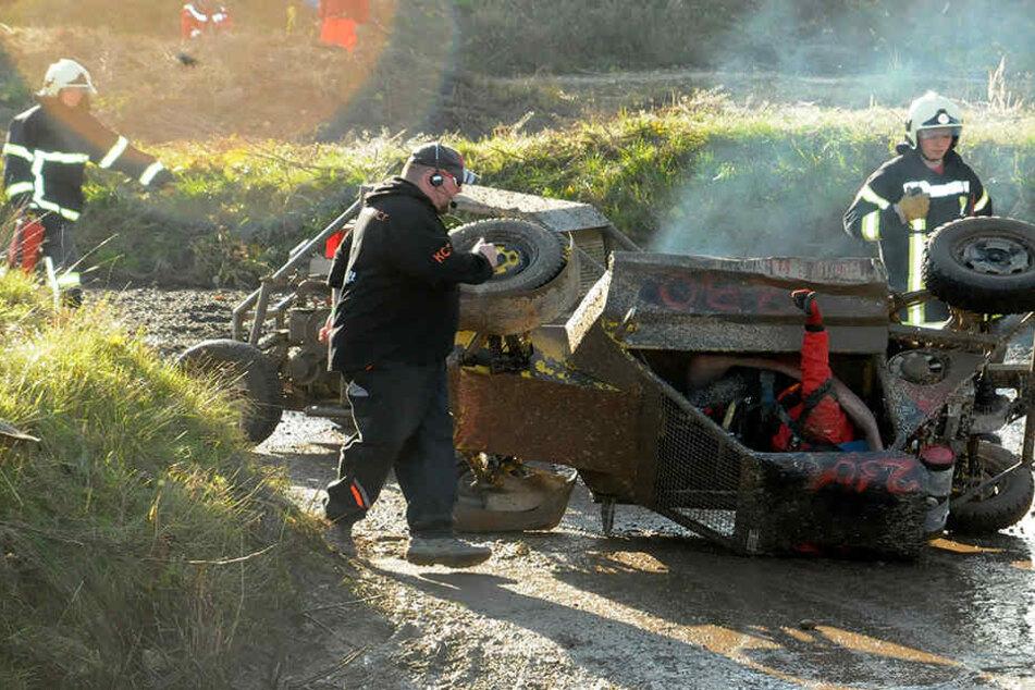 Und wieder ist ein Buggy nach einem Crash umgepurzelt - passiert ist nichts.  Kurz darauf geht es weiter.