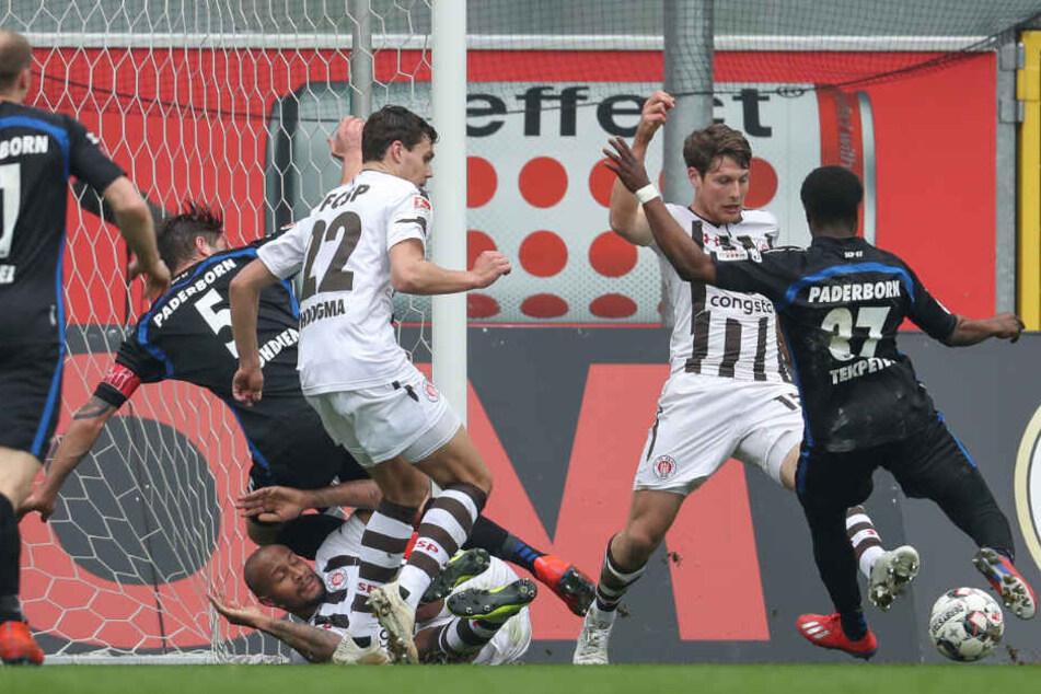 Die Abwehrspieler des FC St. Pauli warfen sich mit allem was sie hatten in den Ball.