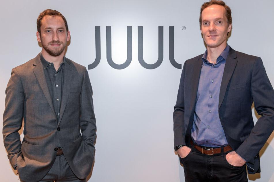 """James Monsees (l) und Adam Bowen, Gründer des E-Zigaretten-Herstellers """"Juul"""", die es seit 2018 auch in Deutschland gibt."""