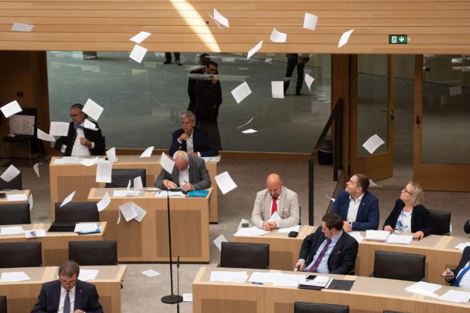 Aufruhr im Stuttgarter Landtag! Flugblätter fliegen von Tribüne