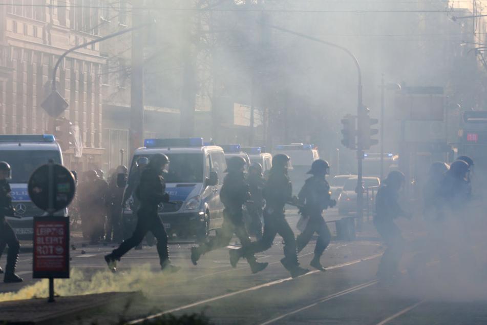 Die rund 1600 Polizisten wurden am 12. Dezember 2015 teilweise mit Steinen und anderen Gegenständen beworfen.