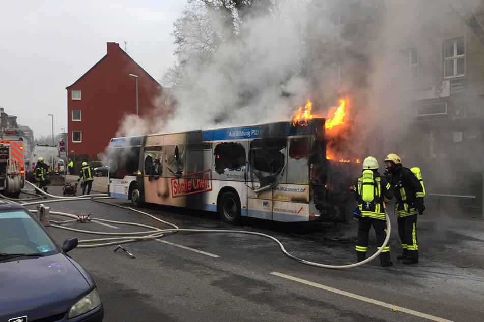 In Mönchengladbach hat ein Bus Feuer gefangen und ist komplett ausgebrannt.