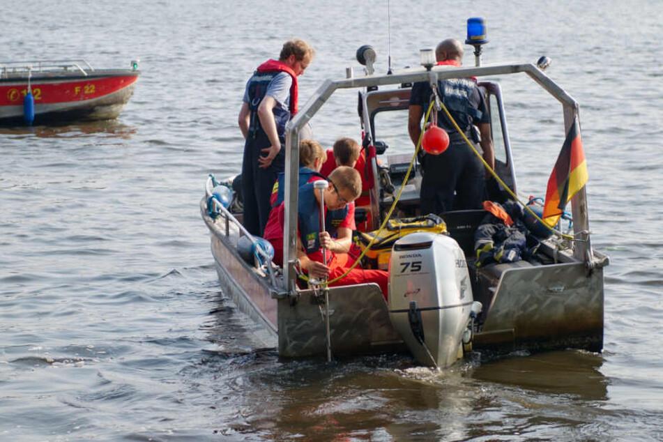 Rettungskräfte der Feuerwehr auf einem Boot. (Symbolbild.)