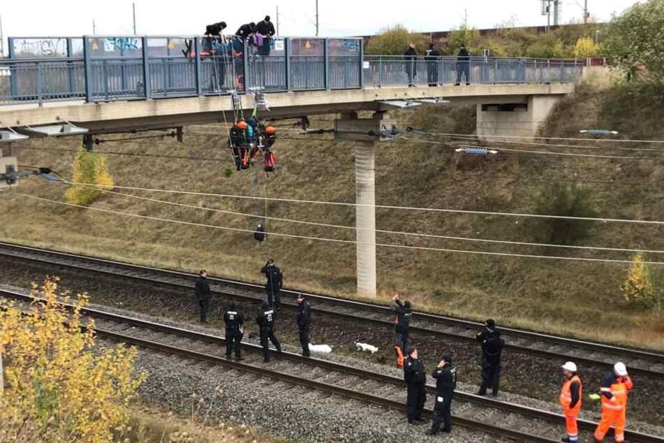 Aktivisten haben sich an der Brücke abgeseilt.