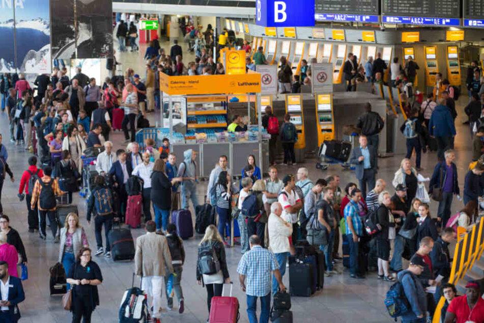 Unbedingt früher kommen! Lange Wartezeiten zu Weihnachten am Frankfurter Flughafen