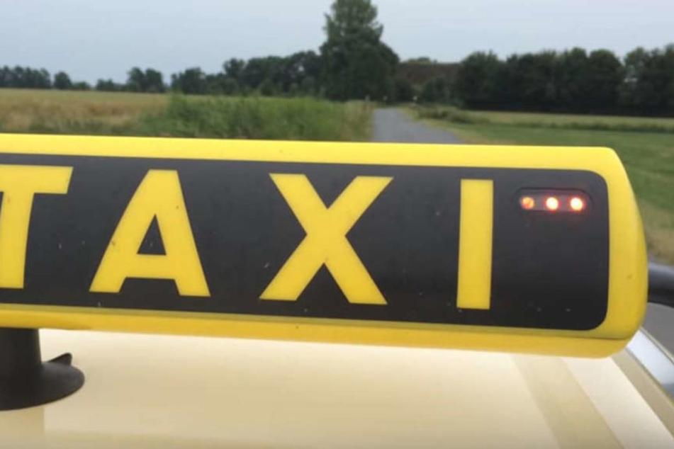 Leuchten die drei LED-Lampen links und rechts des Taxi-Schildes rot, wurde der stille Alarm ausgelöst.