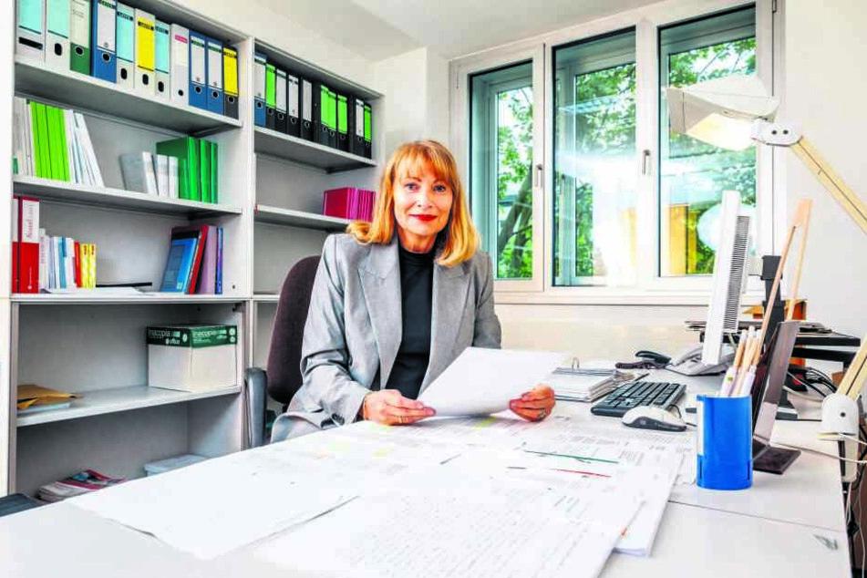 Petra Köpping (60, SPD) in ihrem Büro im Landtag: Mehr als 1000 Zuschriften zum Thema Nachwende-Ungerechtigkeiten bekam die Ministerin bislang.