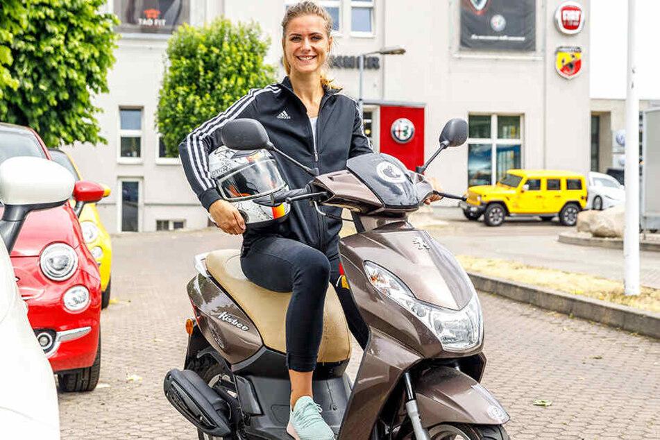 Mit dem Roller fährt Josy zur Arbeit ins TaoFit und zur Kampfsport Akademie Dresden auf der Dohnaer Straße.