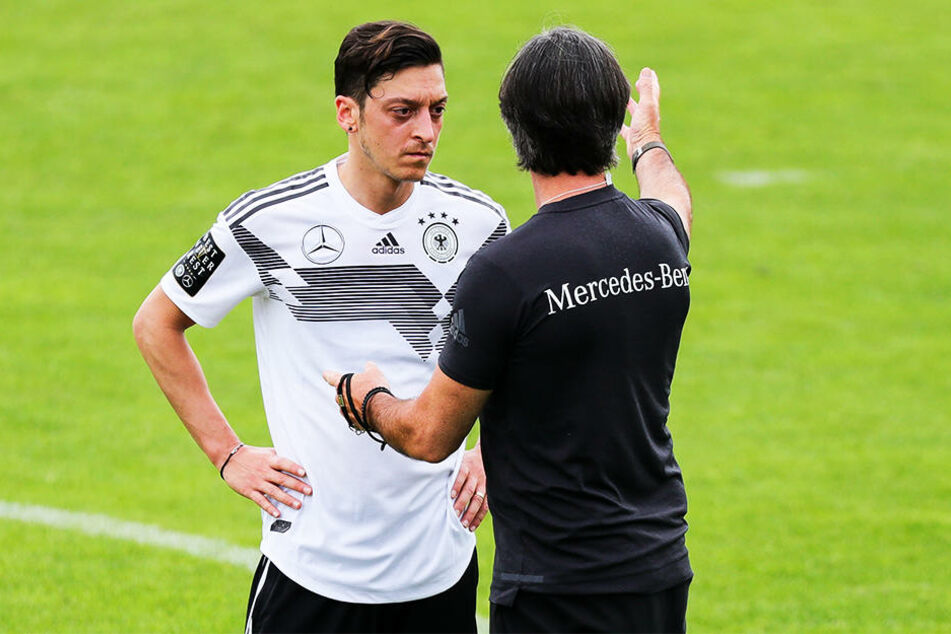 Bundestrainer Joachim Löw (r.) will zeitnah das Gespräch mit Mesut Özil suchen.