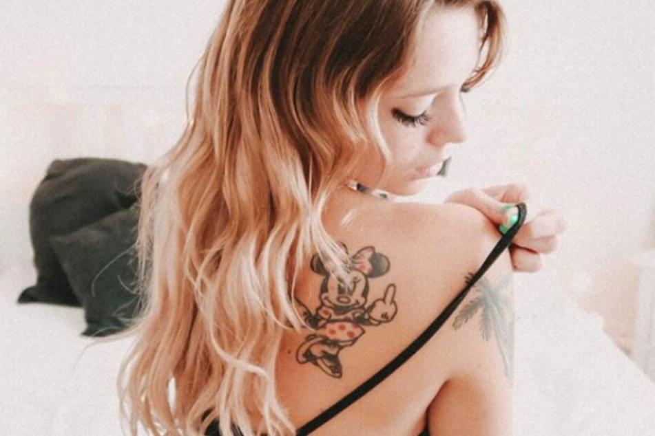 Ein Mittelfinger für die Hater - ihr Minnie-Mouse-Tattoo hat für die Ex-BTN-Darstellerin eine große Bedeutung.