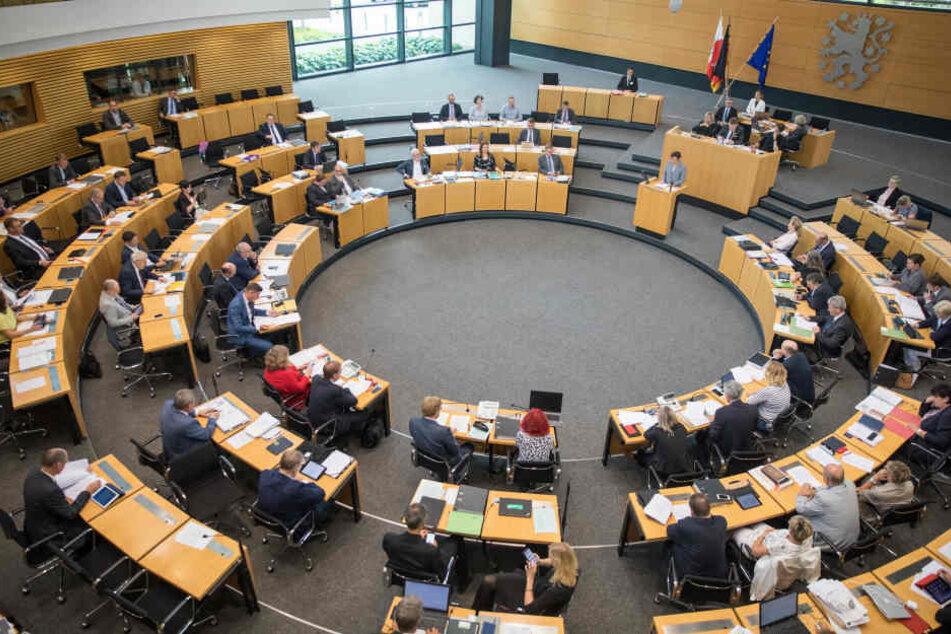 Der Landtag hat die Erhöhung der Beamtenbezüge beschlossen.