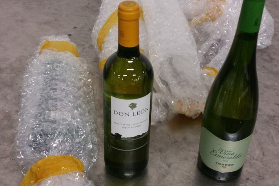 Feines Näschen: Zollhunde erschnüffeln Kokain in Weinflaschen