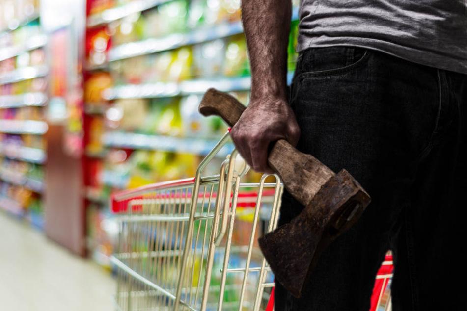Supermarkt-Mitarbeiter erteilt Hausverbot und wird daraufhin mit Axt attackiert